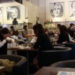 Un restaurante en el que todos los clientes eran chicas