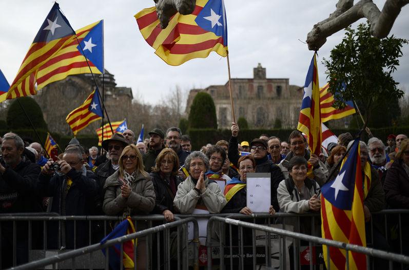 Manifestantes-pro-independencia-Cataluna-Parlamento-Barcelona_LNCIMA20140116_0073_5